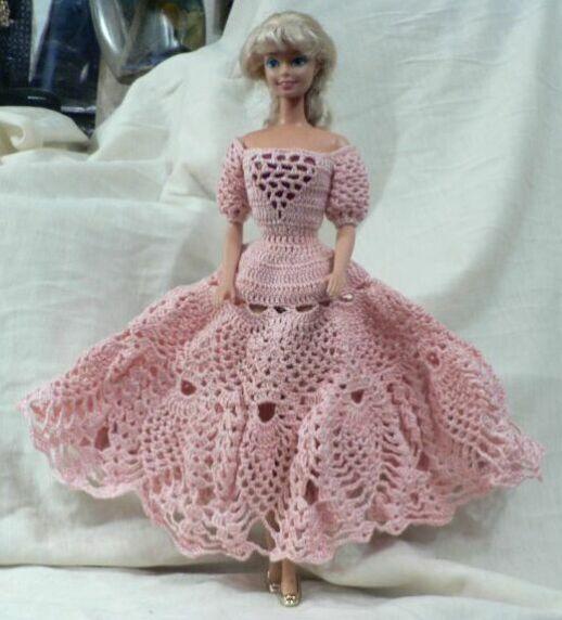 Поместите куклу в каркас и примеряйте платье в процессе вязания. .  Умеете вязать крючком одежду для кукол...